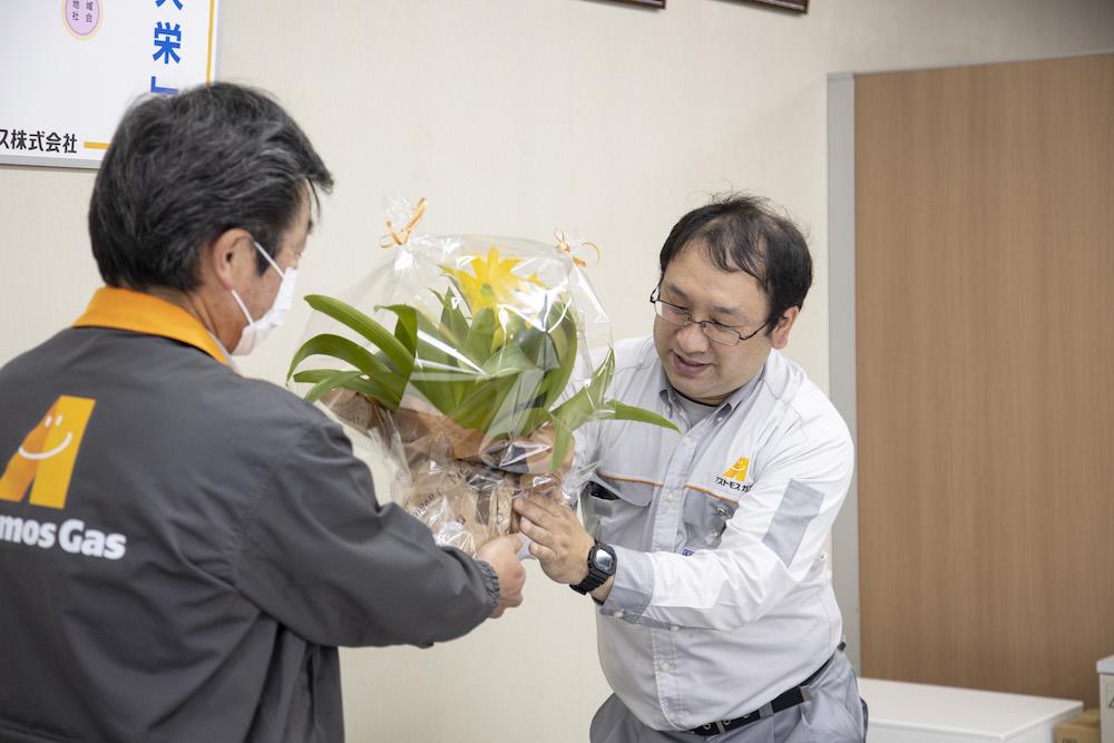 ワーキンググループ活動:お花贈呈